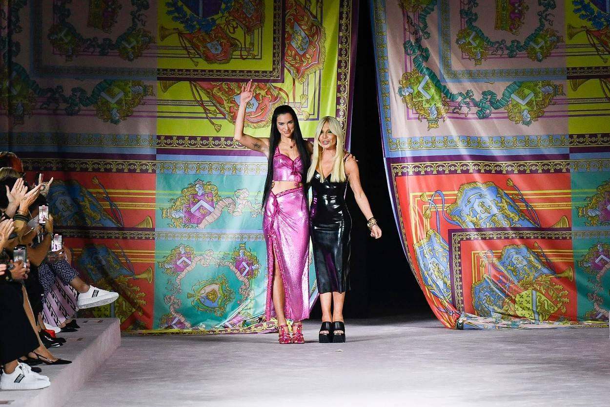 Dua Lipa na Versace reviji